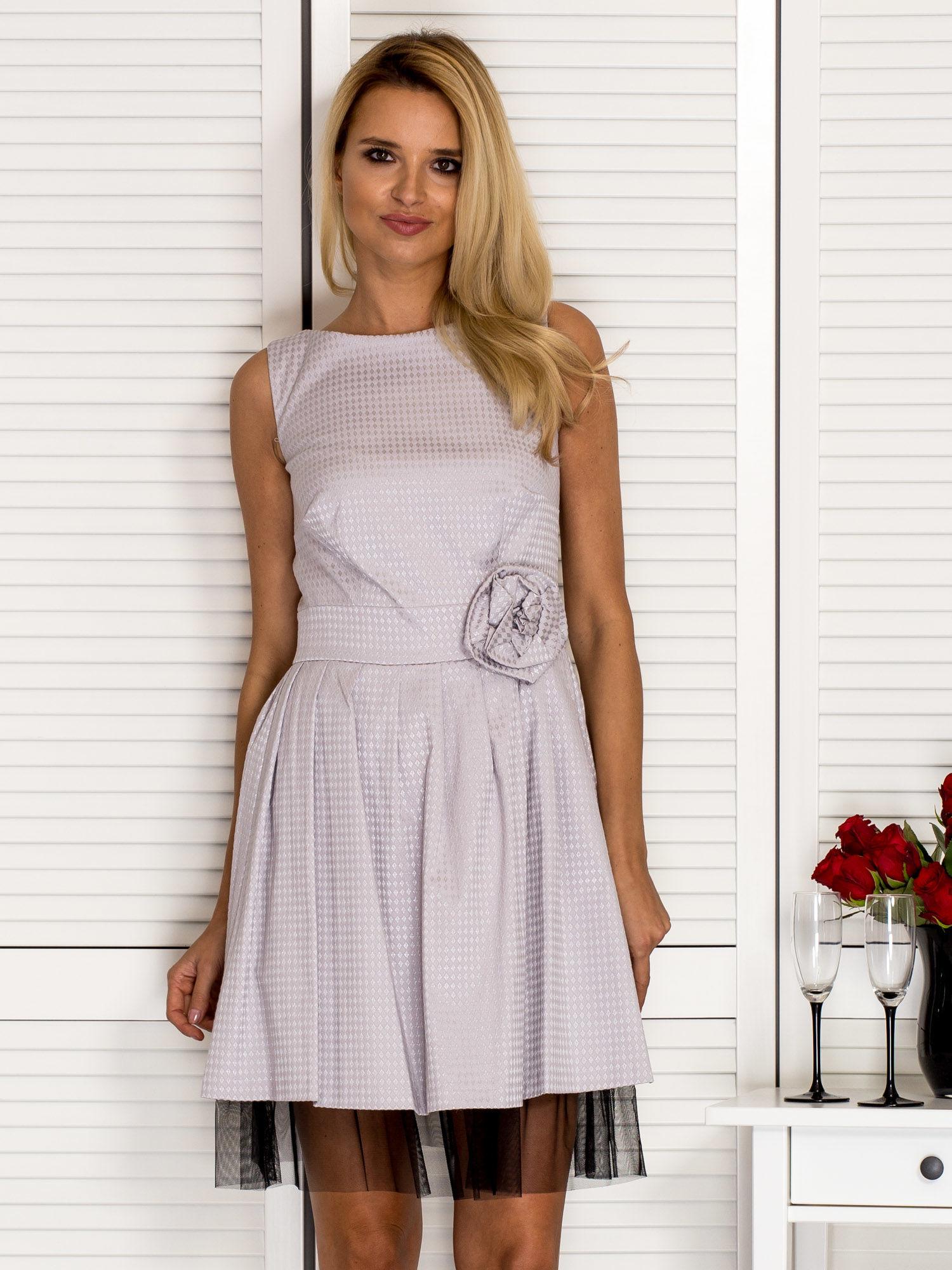 kobieta ubrana w sukienkę